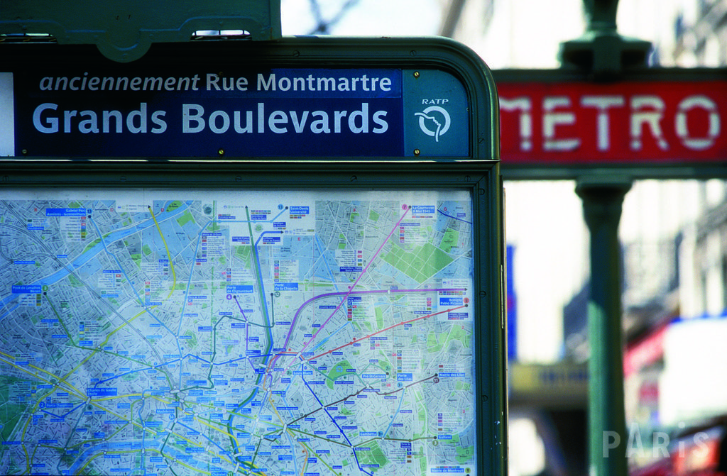 Everyone takes the Metro during 24 hours in PARIS