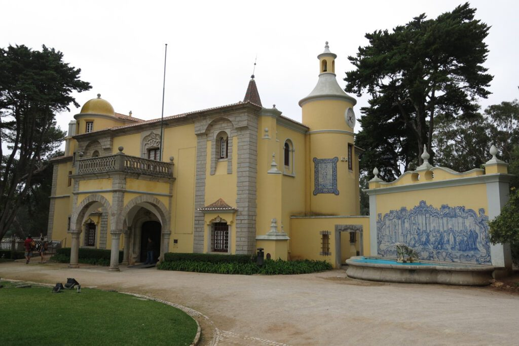 Condes de Castro Guimarães Palace also houses a museum. On display are paintings, sculptures, furniture, and antique dishes. (Photo: swissbert from Switzerland, 2016-10-21 Cascais 6190 (30870302001), cropped to 1102x735, CC0 1.0)