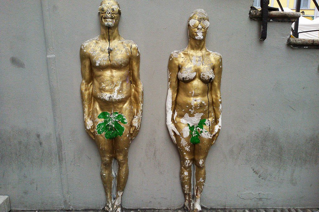 Streetart in Milan - two gold-painted statues