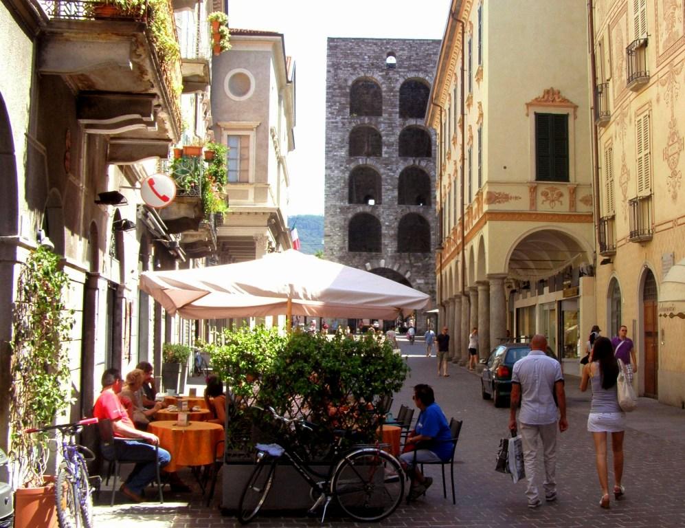 Along the Largo Gianfranco Milio towards the Porta Torre in Como.