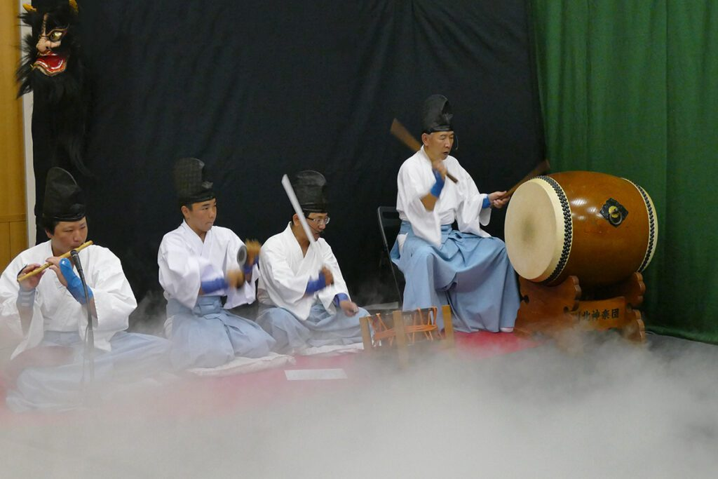 Kagura-drummers drumming