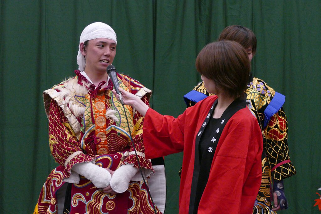 Interviewing the main performer at the night of the Kagura