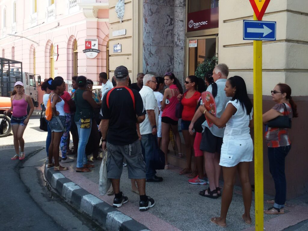 People waiting at the entrance to a bank in Santiago de Cuba