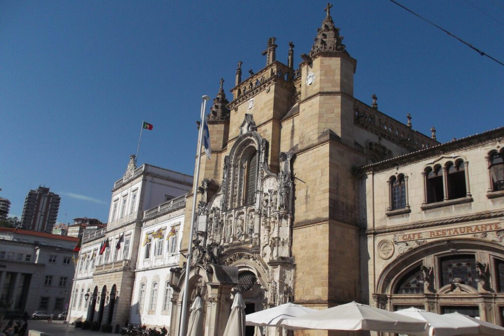 The Praça 8 de Maio with the Câmara Municipal de Coimbra, hence, Coimbra's townhall, the Igreja de Santa Cruz, and the  Café Santa Cruz