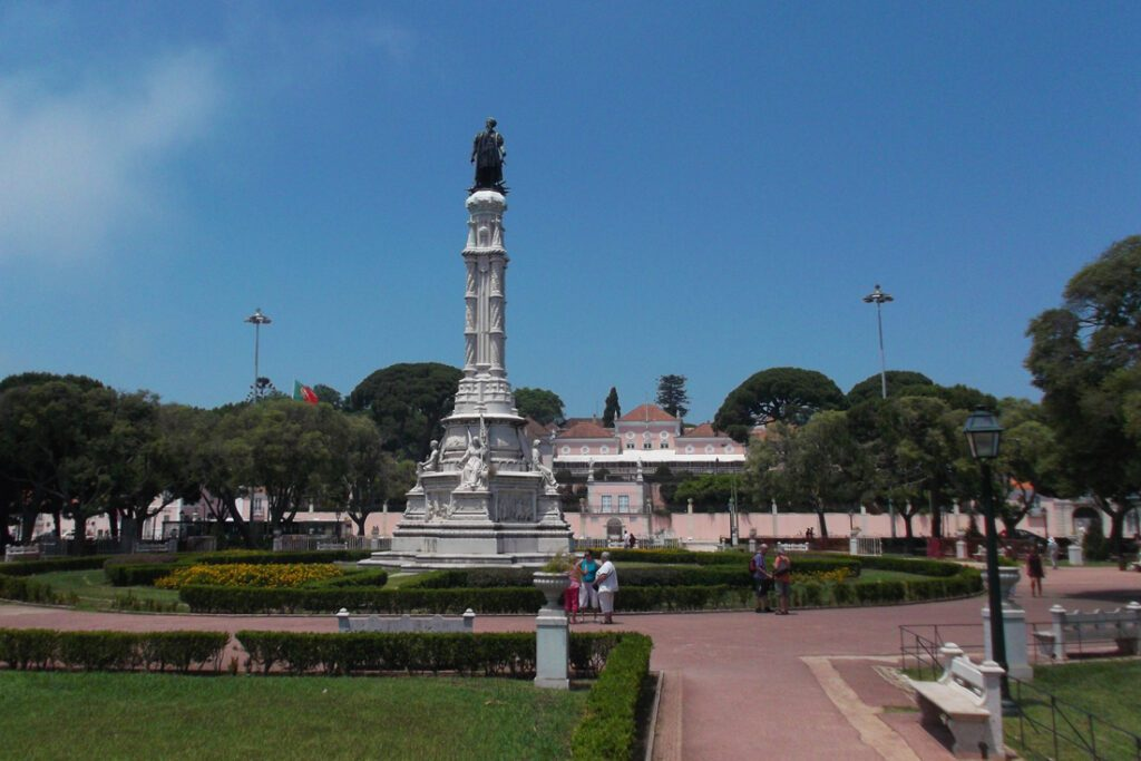 Jardim Alfonso de Albuquerque. In the background is the Museu Presidencia da Republica, the