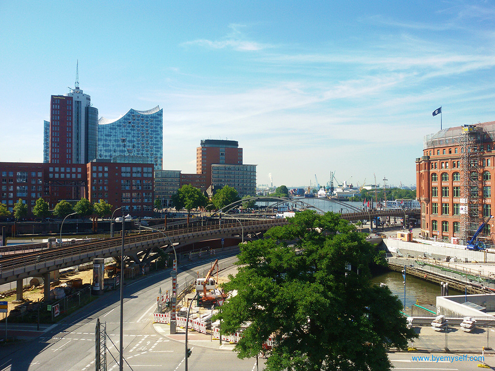View of Baumwall-station, the Elbphilharmonie, and the harbor.