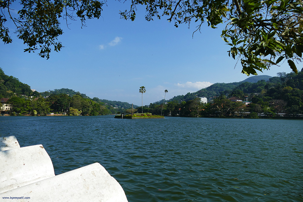 Lake in the center of Kandy