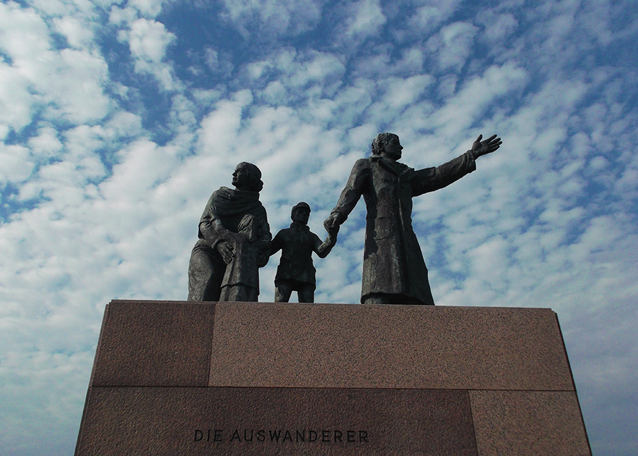 sculpture called Die Auswanderer, emigrants, on emigrants coming to America