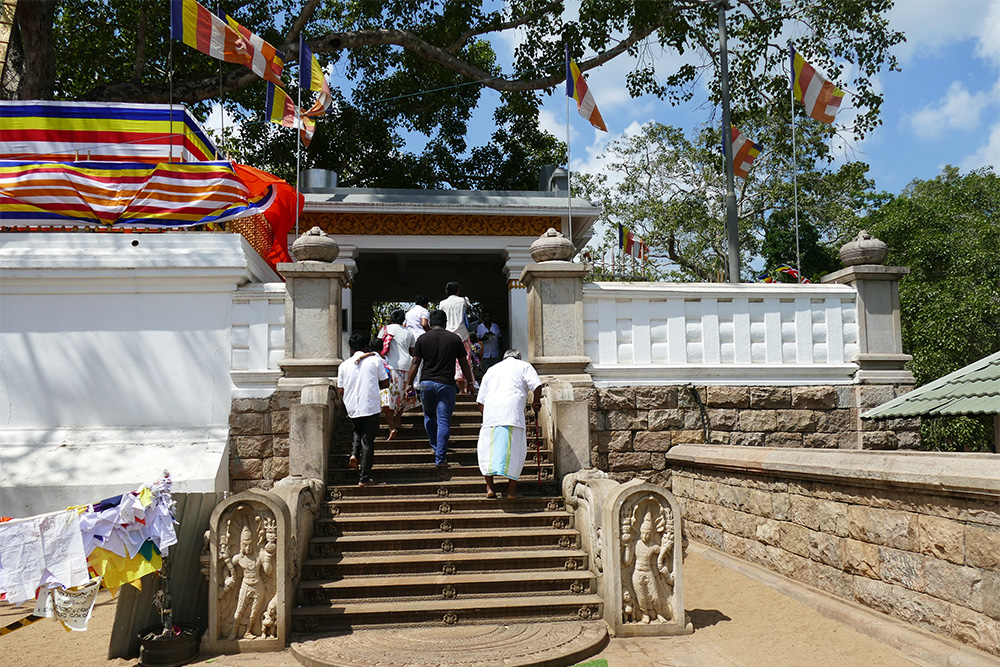 Getting to the holy bodhi tree in Anuradhapura